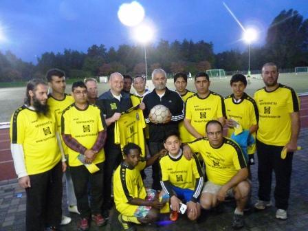 In der Mitte mit Trikot Sponsor Peter Heister von Sport-Heister, mit Ball Trainer Meiry Hakimi
