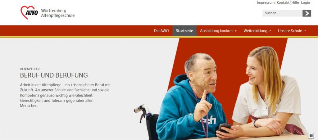 Alter Mann im Rollstuhl mit altenpflegerin