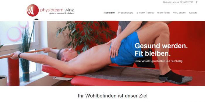 Mann auf Massageliege wird behandelt
